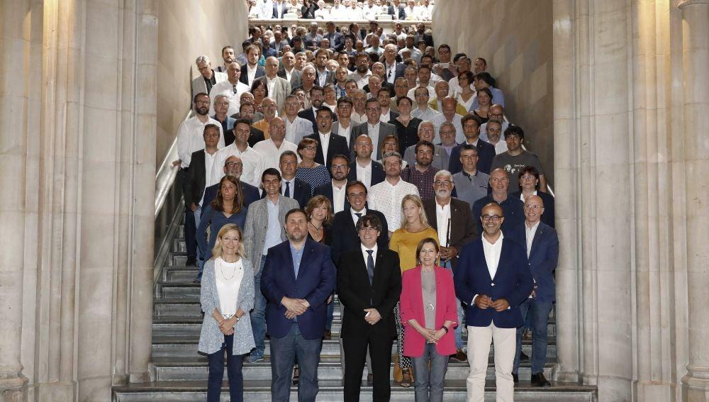 El govern de la Generalitat junto a 500 alcaldes catalanes