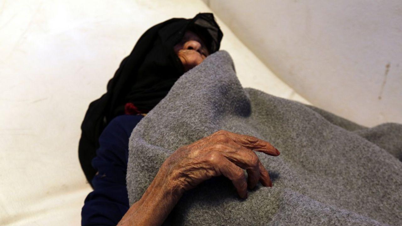 Una mujer recibe tratamiento contra el cólera en un hospital de Saná (Yemen)