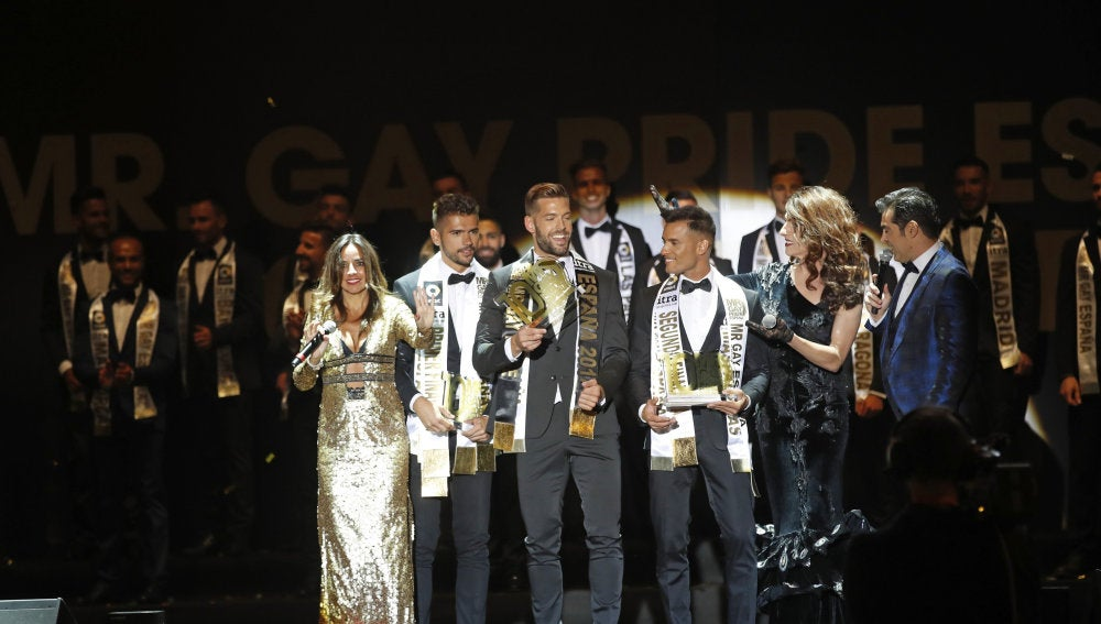 """Los ganadores del """"Mr. Gay Pride España 2017"""", durante la gala celebrada esta noche en la Puerta del Sol de Madrid"""