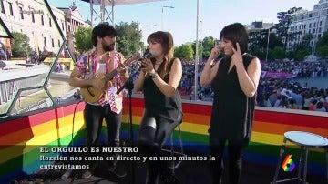 Rozalén cantando la canción 'Girasoles' en el set de laSexta durante el World Pride