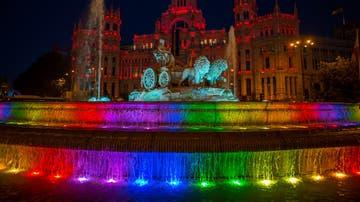 La plaza de Cibeles se ilumina con los colores del World Pride