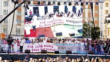 Las distintas asociaciones organizadoras del World Pride 2017, tras el manifiesto ofrecido esta tarde en la Plaza de Colón de Madrid
