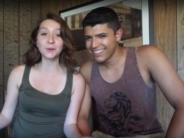 La joven junto a su novio en otro de sus vídeos de Youtube