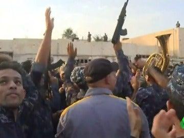 Los soldados iraquíes celebrando la victoria