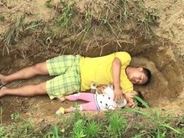 Un padre prepara a su hija para la muerte cavándole una tumba