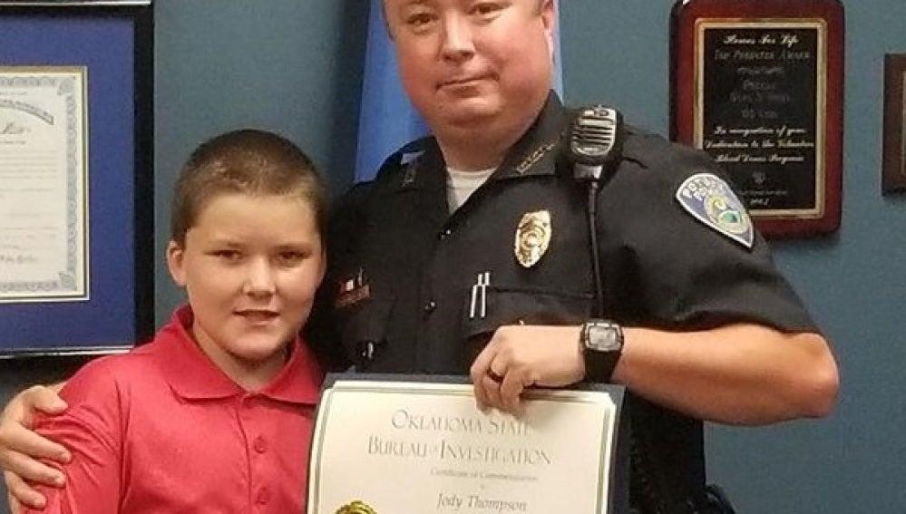 Un policía adopta a un niño de ocho años que sufría maltrato