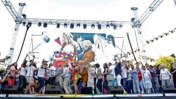 Conga de los miembros de todos los partidos políticos para firmar la unidad a favor de los derechos LGTBI