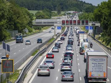 Vista de la autopista Autobahn A9 cerca de Allershausen, Alemania