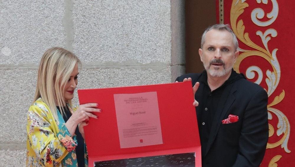 Miguel Bosé con Cristina Cifuentes