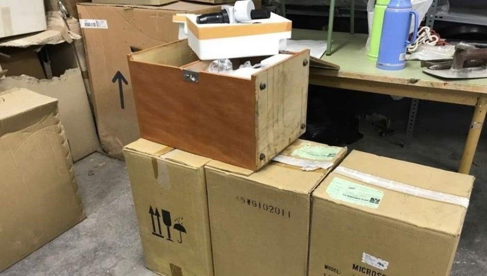 Cajas con material escolar halladas en Riba-roja de Túria