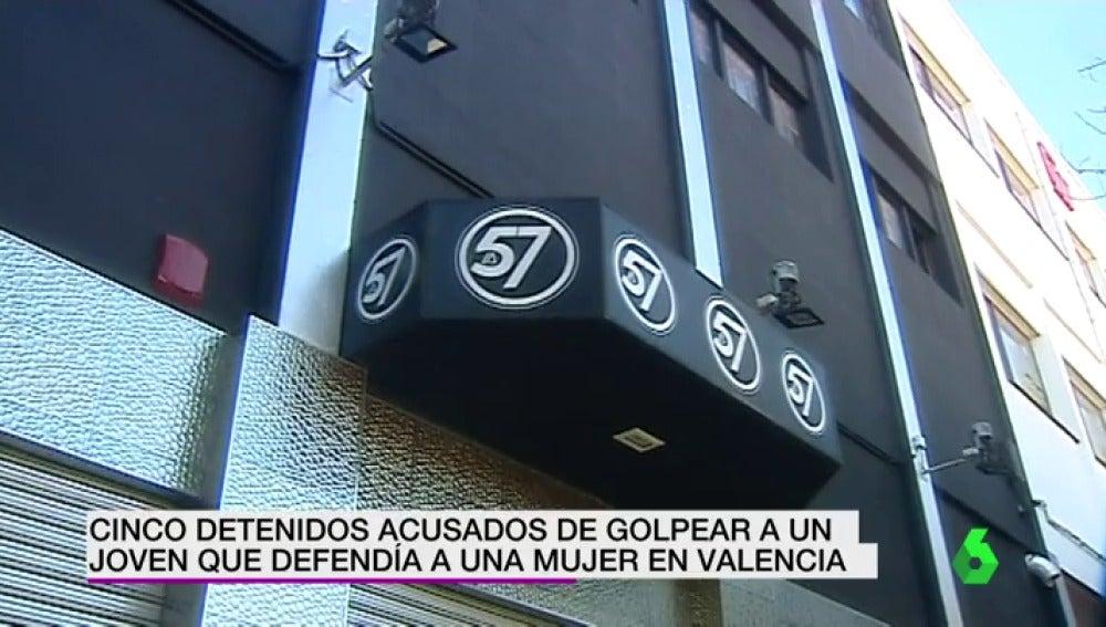 Cinco detenidos por agredir a otro hasta dejarlo inconsciente en la puerta de una discoteca en Valencia