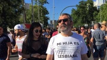 Un padre acompaña a su hija durante la manifestación del Orgullo LGTBI