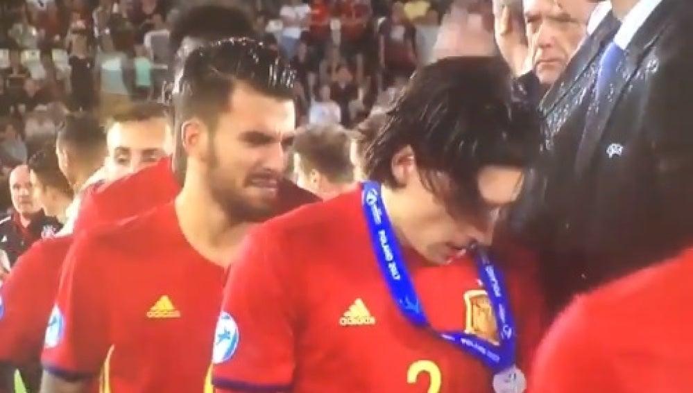 Héctor Bellerín recibe la medalla de plata del Europeo sub-21