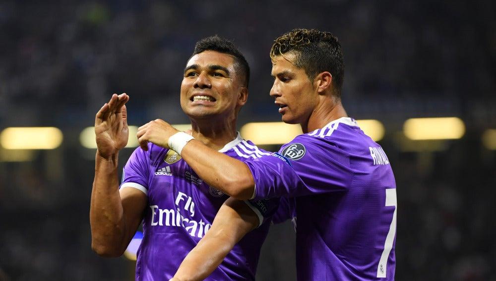 Casemiro junto a Cristiano celebrando un gol