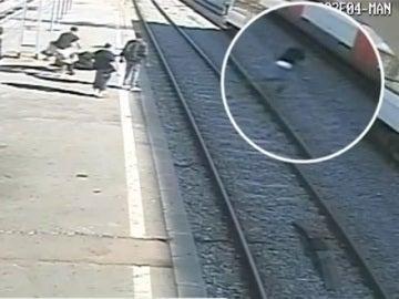 Un hombre se arroja a las vías del tren