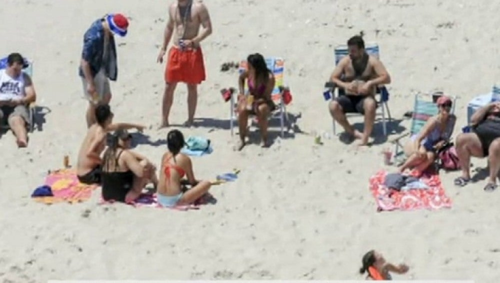 Gobernador de Nueva Jersey tomando el sol en una playa que él mismo ordenó cerrar