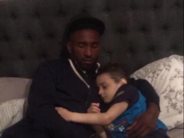 Jermain Defoe duerme junto a Bradley Lowery, el niño enfermo con cáncer