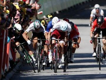 Peter Sagan derriba a Cavendish en la cuarta etapa del Tour
