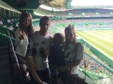 Coentrao, con su familia en el estadio del Sporting