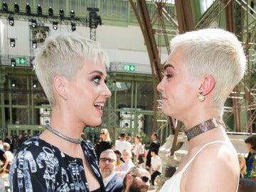El momento en el que Katy Perry y Cara Delevingne se convierten en gemelas