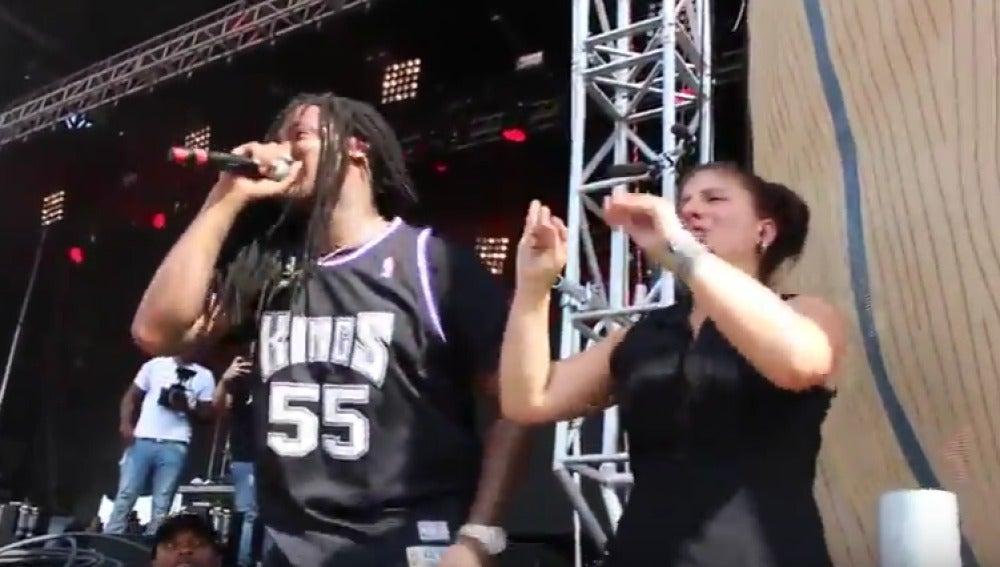 Una mujer emociona al público de un concierto de rap traduciendo la música a lenguaje de signos