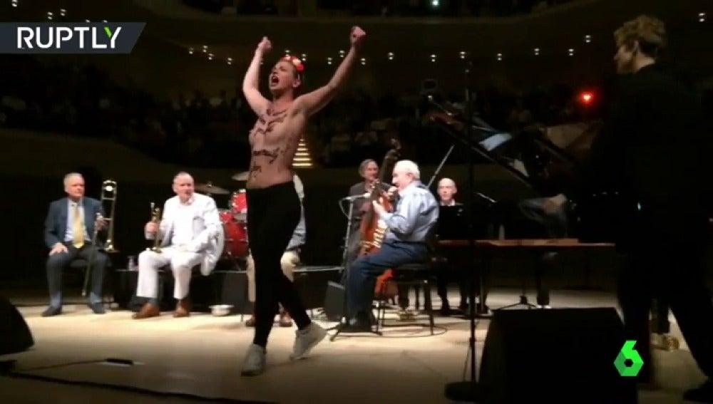 Femen interrumpe un concierto de Woody Allen en Alemania
