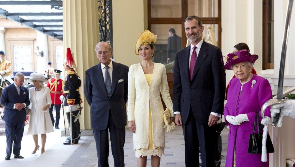 Felipe VI, junto a la reina Letizia, la reina Isabel II y el Duque de Edimburgo