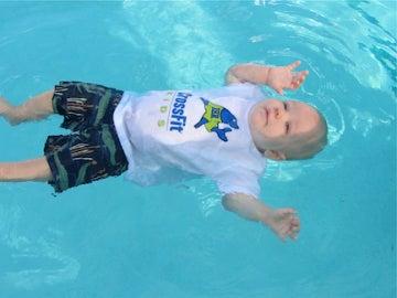 La técnica que tu bebé debe aprender para no ahogarse en la piscina