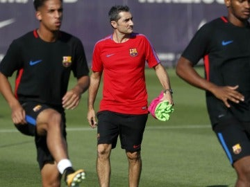 Ernesto Valverde dirige su primer entrenamiento en el FC Barcelona.