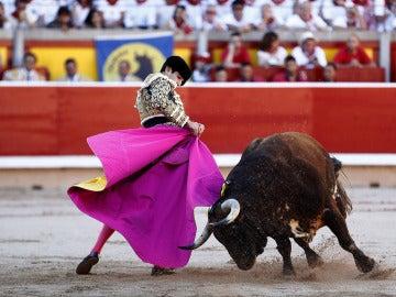 El diestro Alberto López Simón en la faena a su primer toro