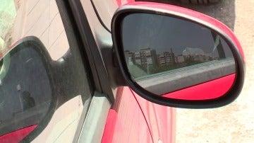 Un retrovisor de un coche en una imagen de archivo