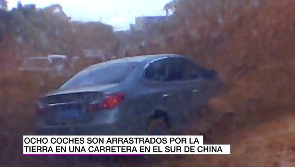 Un impresionante desprendimiento de tierra se lleva por delante ocho coches mientras circulaban en China