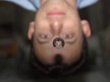 Pedro Duque a bordo de la ISS visto a través de una gota de agua