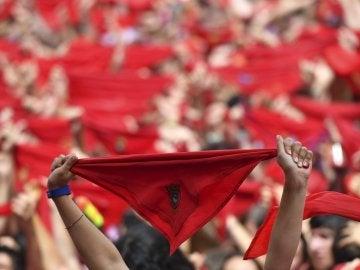 Cientos de personas festejan en la Plaza del Castillo de Pamplona