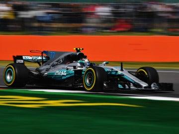 Valtteri Bottas conduce su Mercedes por el trazado de Silverstone