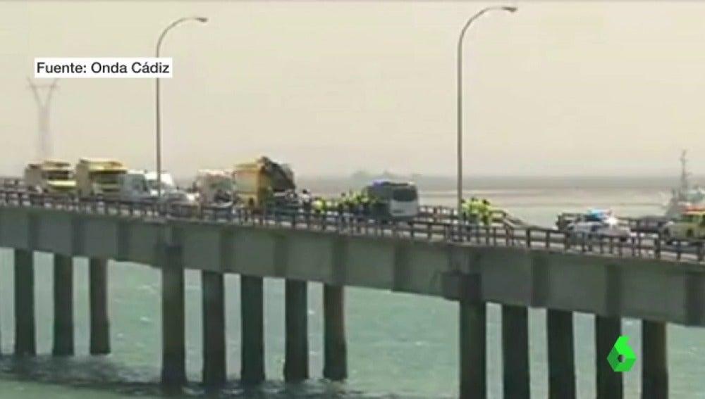 Los agentes rescatando al conductor en el Puente Carranza de Cádiz