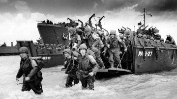 Soldados aliados desembarcando en la playa de Normandía