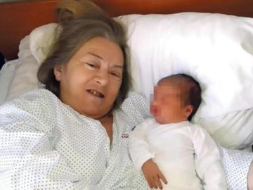 La mujer de Serbia de 60 años con su hija tras dar a luz