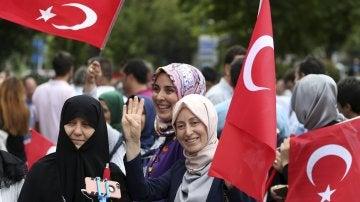Mujeres turcas ondeaban banderas de su país en la víspera del primer aniversario