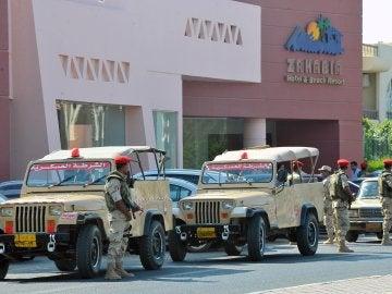 Miembros del ejército egipcio montan guardia frente al hotel donde se ha producido el ataque en Hurgada