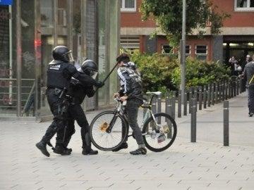 Los mossos golpeando a un joven