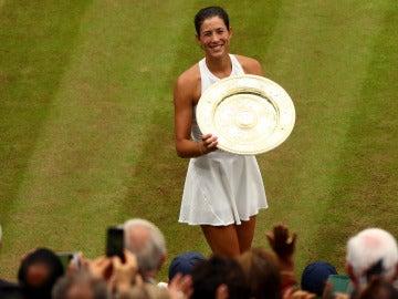 Muguruza sostiene su trofeo de campeona de Wimbledon ante la ovación de la grada