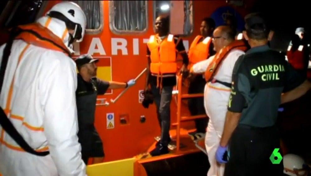 Así es la patera que llegó a Motril, en Granada, con 49 mingrantes abordo rescatados por Salvamento