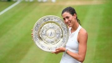 Garbiñe Muguruza posa con su trofeo de campeona de Wimbledon