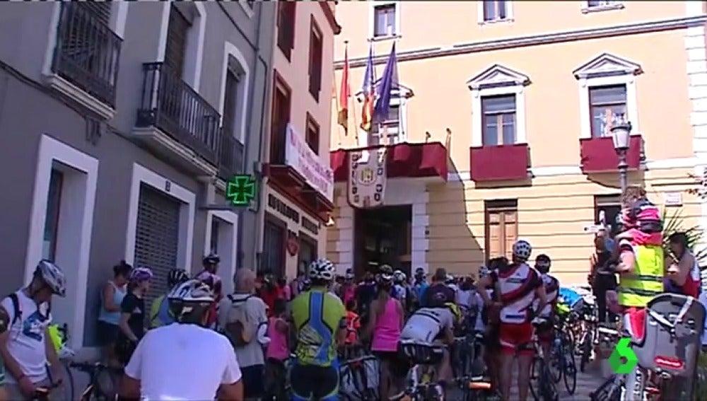 Cientos de ciclistas se concentran frente al Ayuntamiento de Oliva, en Valencia