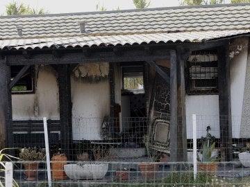 La vivienda calcinada por las llamas