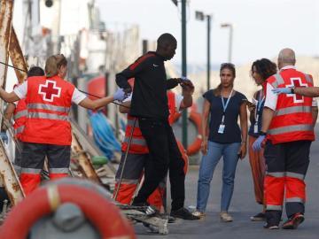 Llegada en una embarcación de Salvamento Marino de 66 inmigrantes a Almería