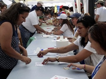 Venezolanos residentes en Madrid acuden a la Puerta del Sol