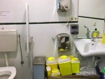 El material médicos acumulado en el baño de un centro