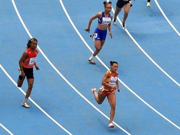 Jael Bestue, liderando una carrera de los 200 metros lisos